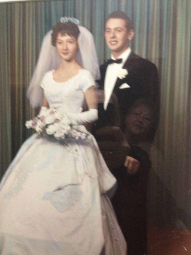Adorable photobomb de mariage: une femme est prise en train d'admirer sa propre photo de mariage