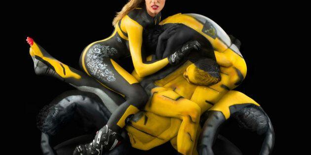 Une artiste crée des motos de femmes nues