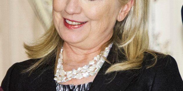 Décolleté de Christina Aguilera: quand Hillary Clinton reluque les seins de la chanteuse...
