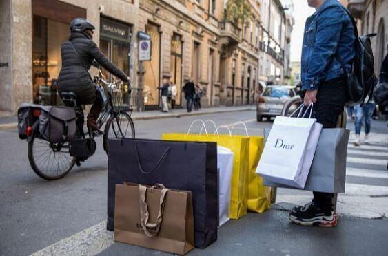 Στην Ιταλία η κυβέρνηση θέλει τα καταστήματα κλειστά τις