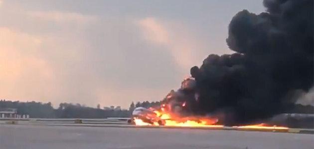 L'avion qui s'est posé en flammes à Moscou touché par la