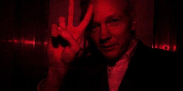 Le fondateur de WikiLeaks, Julian Assange, demande l'asile politique en