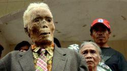 En Indonésie, deux momies sorties de leur tombe... pour être rhabillées