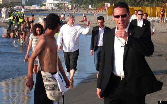 Stephen Harper sur la plage: le premier ministre marche, pieds nus, dans le sable lors de son voyage...