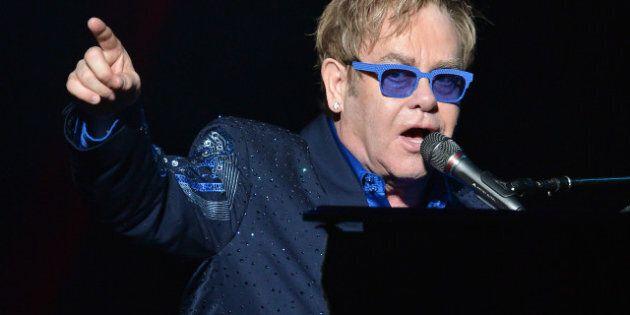 Elton John célèbre le 25e anniversaire du gala bénéfice glamour Fashion Cares