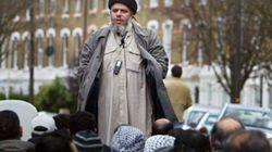 L'imam radical Abou Hamza arrive aux
