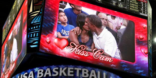 Barack Obama et Michelle Obama hués pour un baiser en public