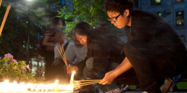 L'Affaire Magnotta: veillée à la chandelle à la mémoire de Jun Lin près de l'Université