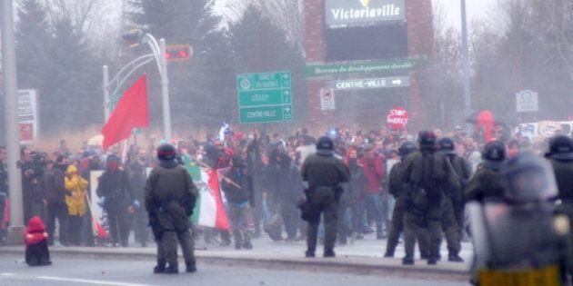 Victoriaville: la manifestation dégénère pendant que les libéraux tiennent leur conseil général