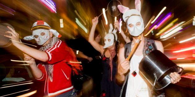 Manifestation nocturne à Québec sur fond de rupture des