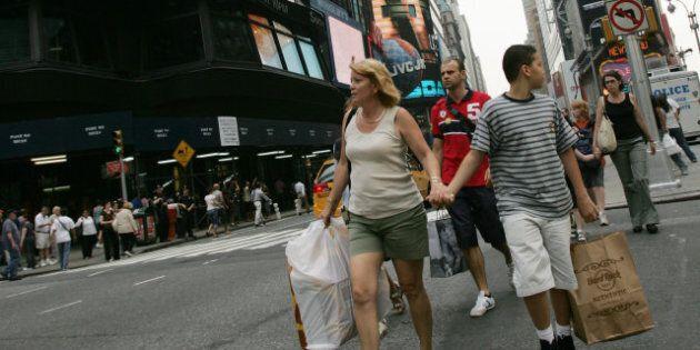 Une majorité de Canadiens prévoit magasiner aux E.-U., selon un