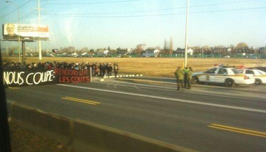 Les étudiants en grève libèrent l'accès au pont