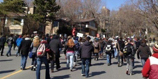 Grève étudiante: Manifestation devant la maison de Jean Charest à
