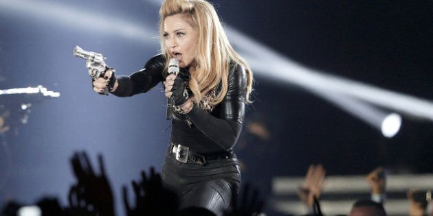 Madonna défie les autorités d'Édimbourg en jouant avec un pistolet sur scène
