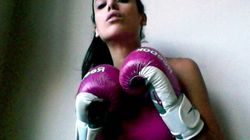 Boxer en mini-jupe.
