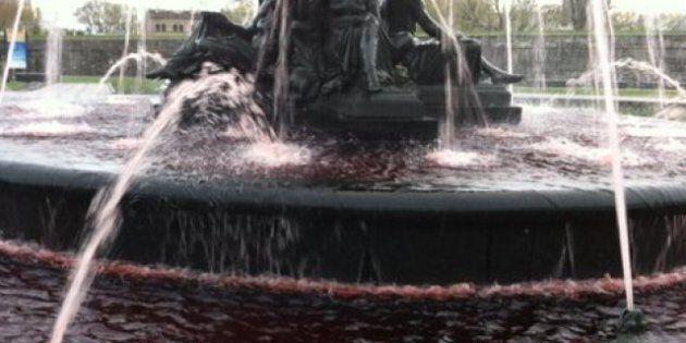 Du colorant rouge dans la fontaine de