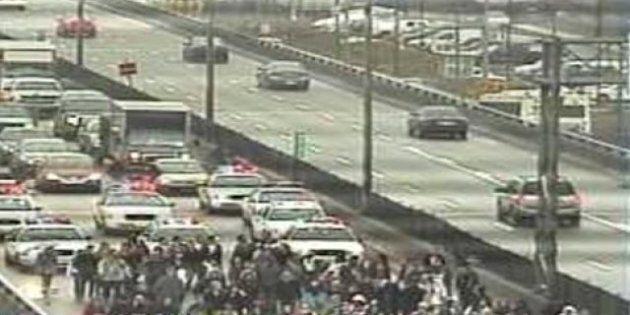 Grève étudiante: des étudiants bloquent l'autoroute 40