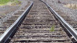 Un homme couché sur des rails survit au passage d'un train à Thunder
