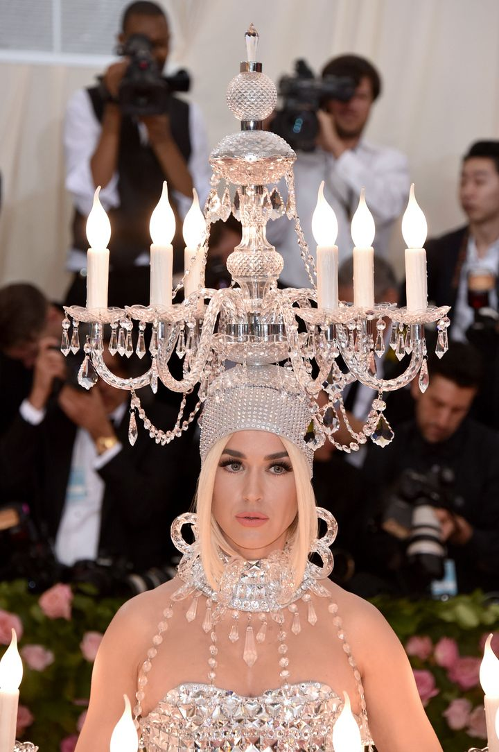 Perry mastered the art of balancing a wobbling chandelier headpiece while walking the red carpet.