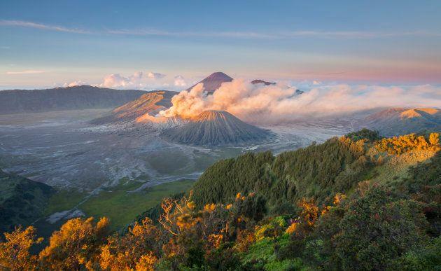 Éruption du volcan Bromo, sur l'île de Java (2011). À l'échelle des temps géologiques, les volcans jouent un rôle dans le cycle du CO₂.