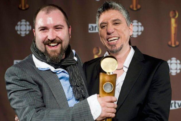 Le guitariste des Colocs Michael Sawatzky (droite) tient un prix Jutra après la sortie du film «Dédé,...