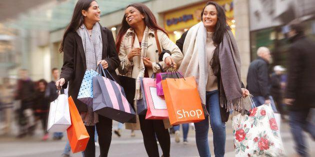 50% des jeunes Canadiens interrogés par Credit Karma ont affirmé avoir contracté des dettes pour suivre le rythme de vie de leurs amis.