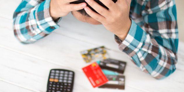 La plupart des gens ne sont pas à l'aise financièrement parce qu'ils dépensent trop et ont trop de dettes.