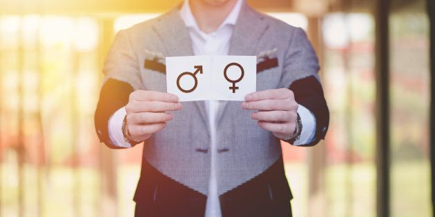 Il est fortement encouragé d'utiliser une terminologie médicale précise comme «pénis» ou «vulve», et d'éviter de parler des organes génitaux comme étant intrinsèquement masculins ou féminins.