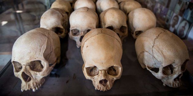 Des cranes de personnes assassinées lors du génocide du Rwanda de