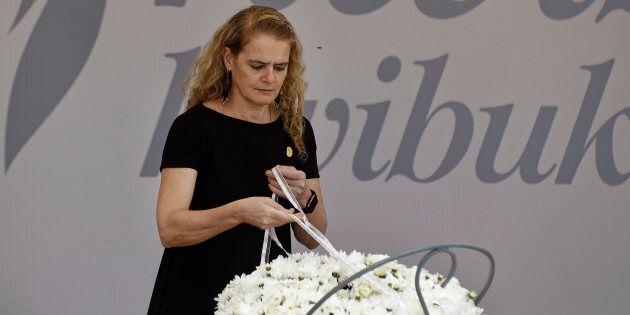 La gouverneure générale du Canada, Julie Payette, dépose une gerbe de fleurs au mémorial du génocide...