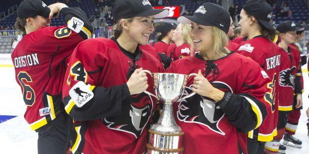 Zoe Hickel (à gauche) et Tori Hickel de l'équipe Inferno de Calgary célèbrent après avoir battu les Canadiennes de Montréal (5-2) et ainsi avoir remporté le match de la Coupe Clarkson 2019 à Toronto, le dimanche 24 mars 2019.