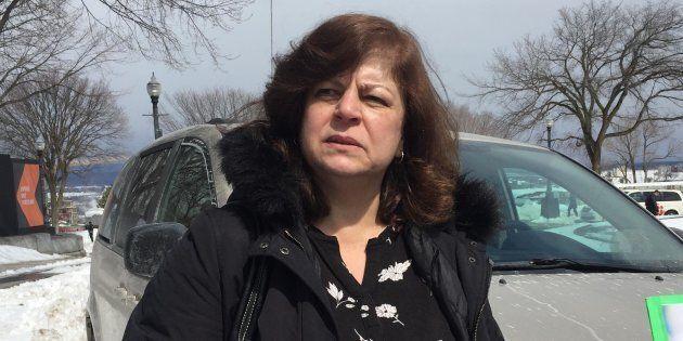 «Mon mari devait prendre sa retraite. Il ne peut pas prendre sa retraite et il a 69 ans», déplore Marie-Rose Koussa, partie très tôt de Laval pour venir manifester à Québec.
