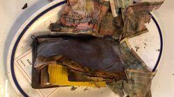 Un portefeuille des années 1960 trouvé dans le mur d'un