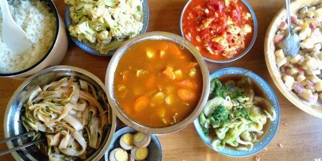 Cuisiner à Beijing avec mon amie Serena. On peut voir un de mes plats préférés: «西虹市鸡蛋» qui se traduit...