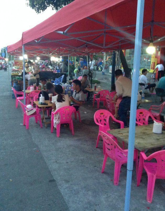 Un stop pour manger du riz frit, ou la bouffe de rue comme un style de