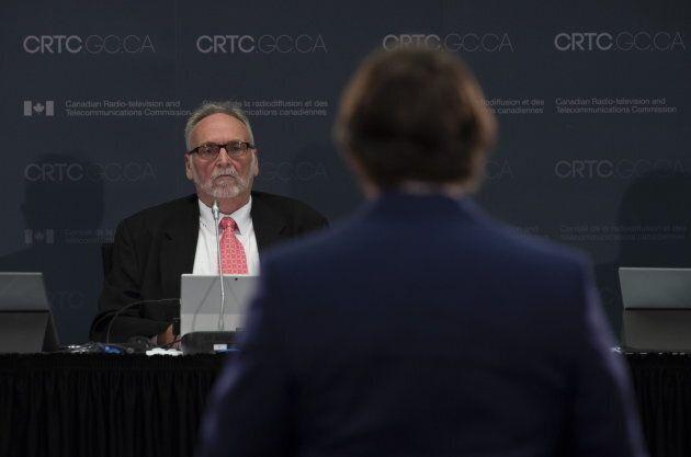 Pierre Karl Péladeau en train de témoigner devant le président du CRTC, Ian Scott.