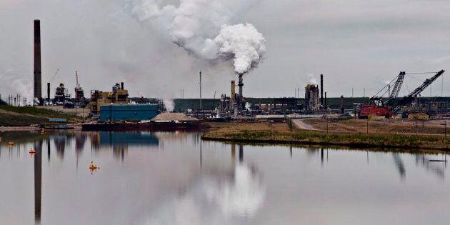 Les sables bitumineux sont transformé à cette usine de la compagnie Syncrude près de Fort McMurray, en...