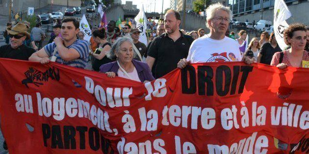 Francois Saillant (deuxième à partir de la droite), ancien coordonnateur du FRAPRU, dans le cadre d'une marche du Forum social mondial à Montréal en 2016.