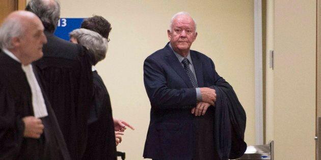 L'ancien ministre libéral québécois, Marc-Yvan Côté (à droite), à son arrivée au tribunal, à l'hôtel de justice de la Ville de Québec en octobre 2017.