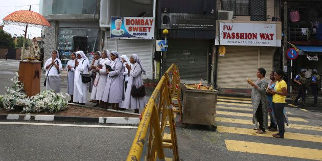 Des religieuses catholiques du Sri Lanka allument des bougies et prient devant l'église Saint-Antoine...