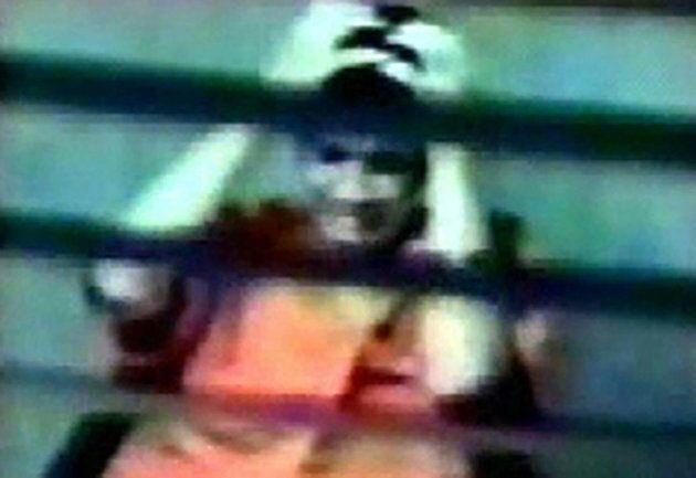 Capture d'écran d'une vidéo montrant Omar Khadr interviewé par des agents du SCRS à Guantanamo en février 2003, à l'âge de 16 ans.