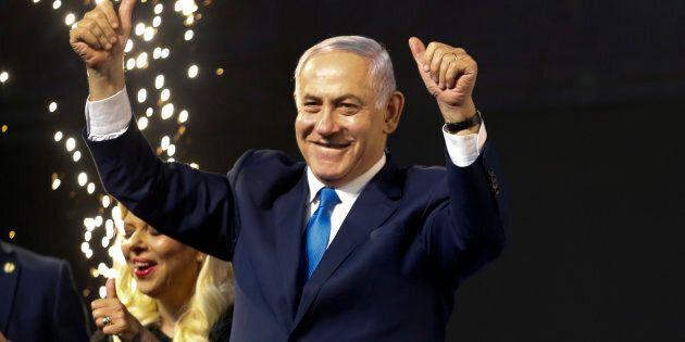 Le premier ministre israélien, Benjamin Netanyahu, salue ses partisans et célèbre sa victoire.