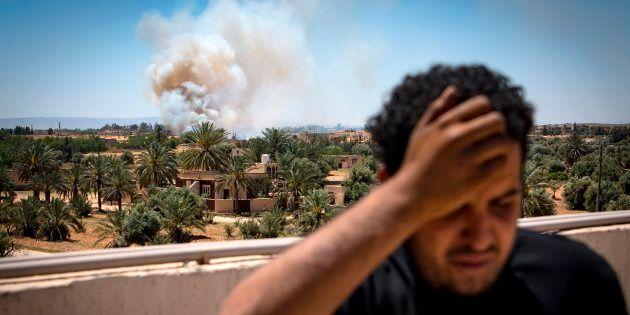 Un combattant fidèle au gouvernement du GNA, internationalement reconnu, se dresse sur un toit alors...