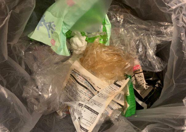 ゴミ袋は数日でいっぱいになり、交換。薄っぺらいプラスチックやビニールごみが多い。