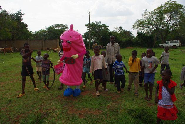 コンドマスターのゆるキャラを取り囲むケニアの子どもたち