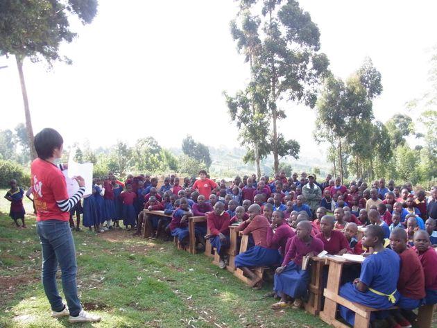 ケニアの子どもたちにコンドームの大切さなどを訴える清水さん(左)