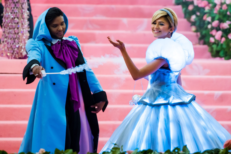 魔法をかけるとドレスが...!「メットガラ」に登場したシンデレラが素敵すぎる(動画)
