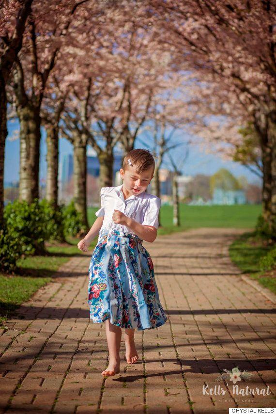 Ce garçon adore porter des robes et sa mère le soutient plus que