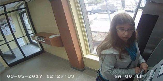 La SQ dévoile des images de Karine Major effectuant une transaction