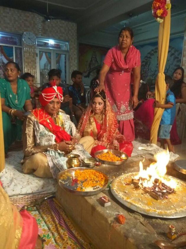 Manjit, 48, e Seerat Sandhu, 21, na cerimônia de casamento hindu, recebendo 'saat pheras'...